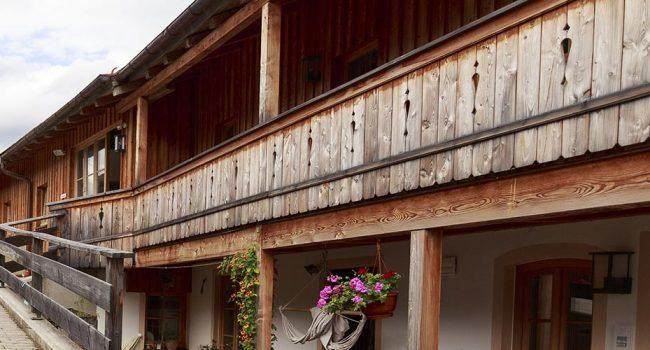 Holzbalkon an Gebäude mit Denkmalschutz